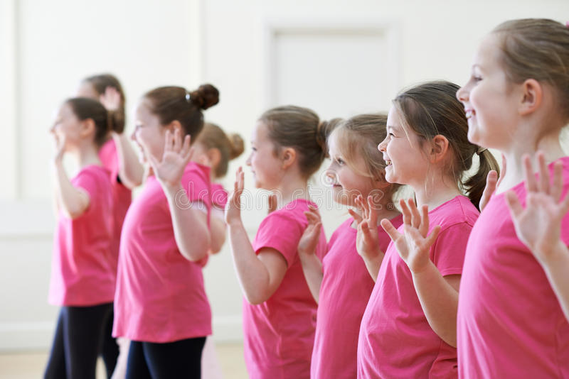 Grupo de crianças que apreciam a classe do drama junto imagem de stock