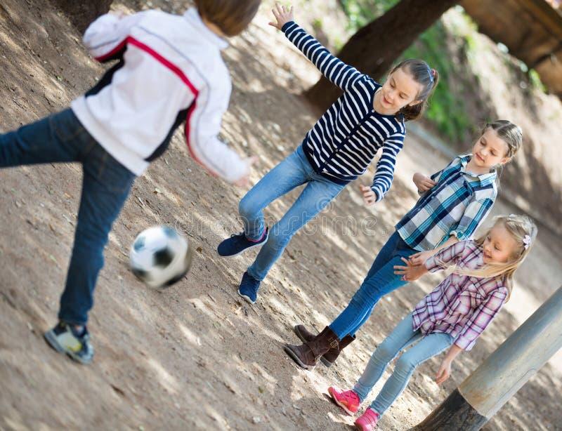 Grupo de crianças que correm após a bola foto de stock royalty free