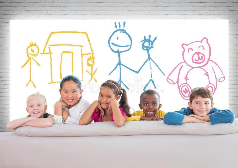Grupo de crianças que estão na frente dos desenhos das crianças coloridas ilustração do vetor