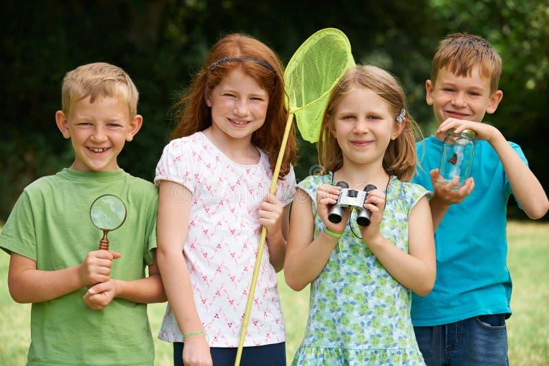 Grupo de crianças que exploram a natureza junto fotos de stock