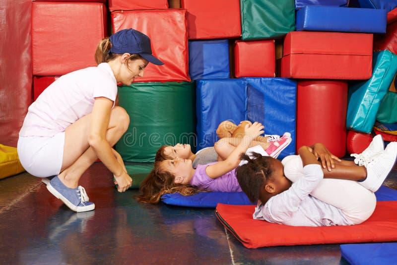 Grupo de crianças que fazem a ginástica no pré-escolar fotos de stock royalty free
