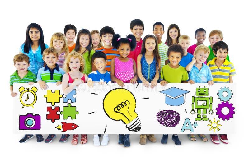 Grupo de crianças que guardam o quadro de avisos do conceito da educação imagens de stock
