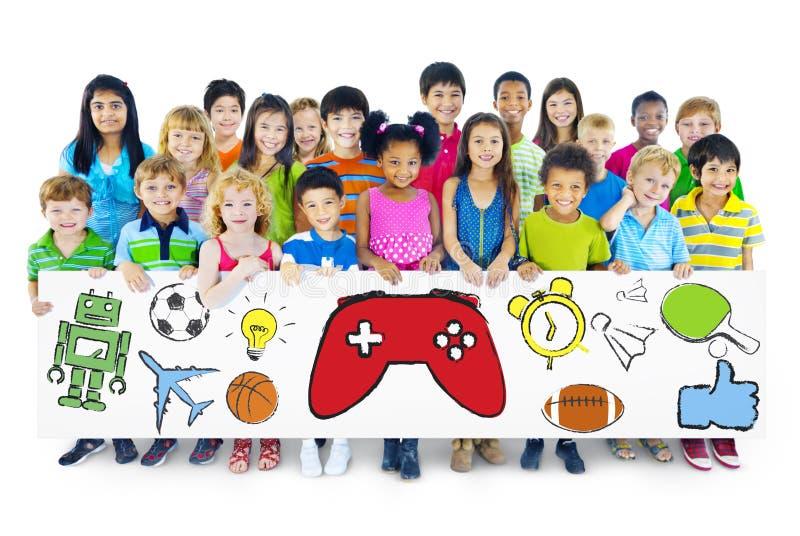 Grupo de crianças que guardam a placa com símbolo das atividades foto de stock