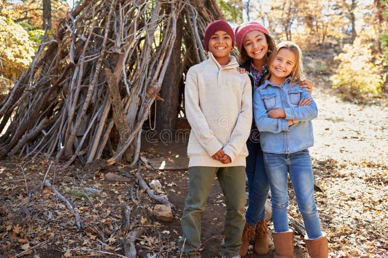 Grupo de crianças que jogam em Forest Camp Together fotos de stock royalty free