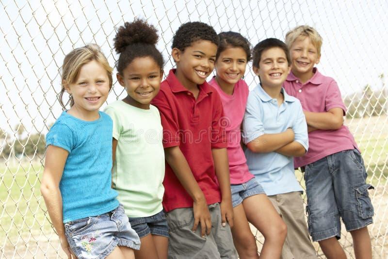 Grupo de crianças que jogam no parque fotografia de stock royalty free