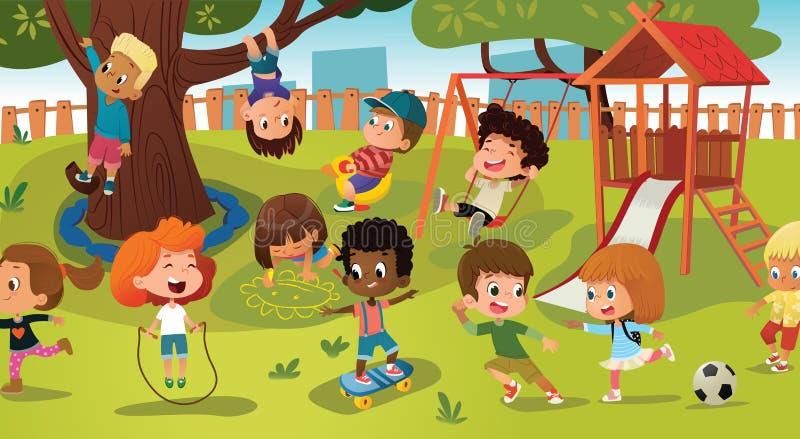 Grupo de crianças que jogam o jogo em um campo de jogos do parque público ou da escola com com balanços, corrediças, patim, bola,