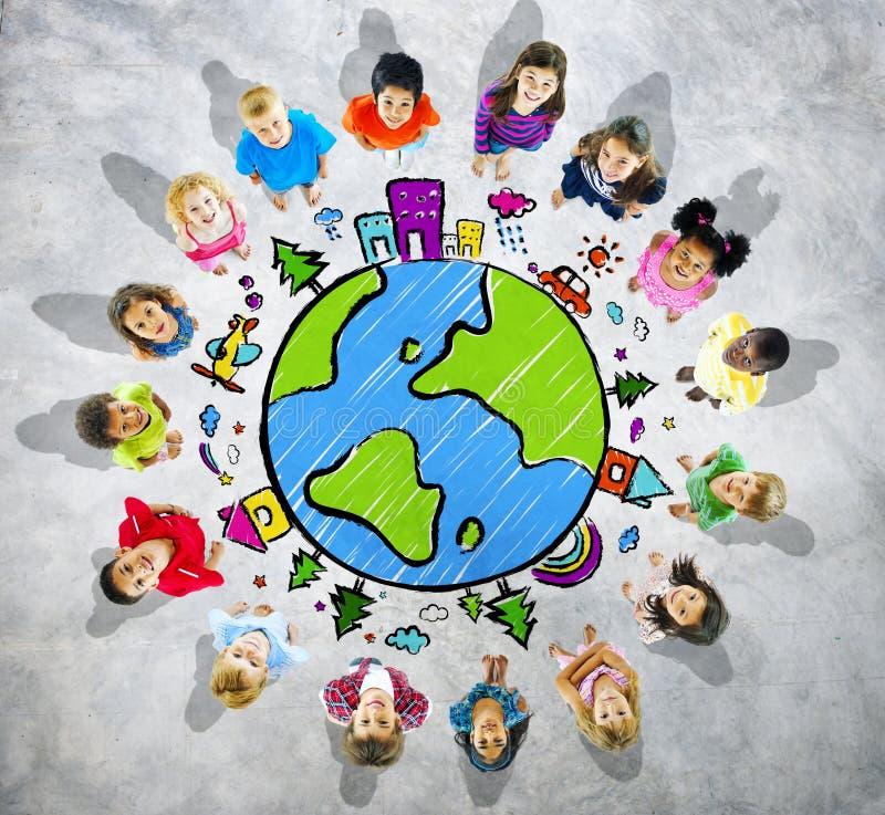 Grupo de crianças que olham acima com símbolo do globo