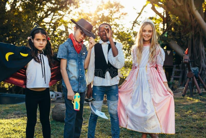 Grupo de crianças que têm o divertimento no jardim do quintal fotografia de stock royalty free