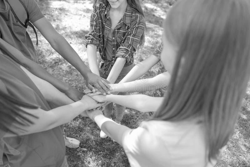 Grupo de crianças que unem as mãos Acampamento de verão foto de stock royalty free