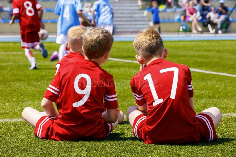 Grupo de crian?as que jogam o jogo de futebol do futebol imagens de stock