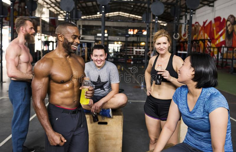Grupo de Crossfit no gym imagens de stock royalty free