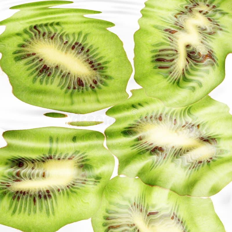 Grupo de cruz kiwi-fruits sob a água imagem de stock