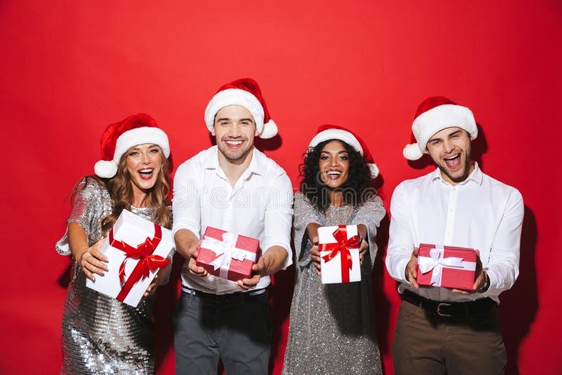 Grupo de cuatro amigos elegante vestidos felices imagen de archivo libre de regalías