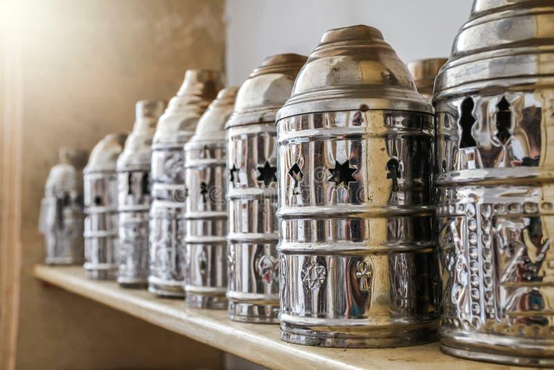 Grupo de cubierta del tubo del shisha del metal en el estante para el tabaco ardiente del carbón de leña fotografía de archivo libre de regalías