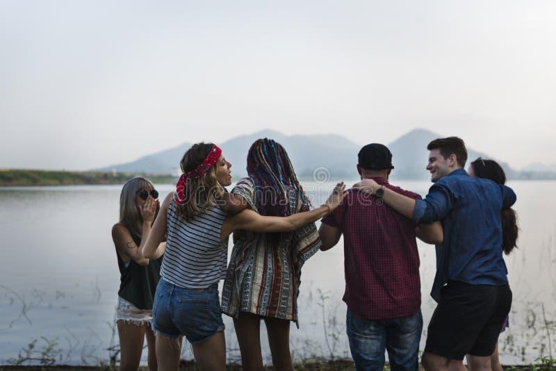 Grupo de curso diverso dos amigos na viagem por estrada junto foto de stock
