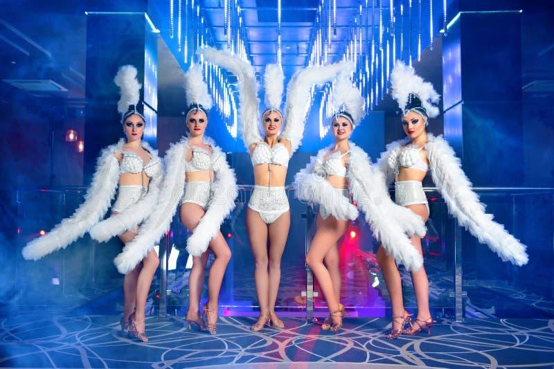 Grupo de dançarinos fêmeas bonitos nos trajes brancos do carnaval foto de stock
