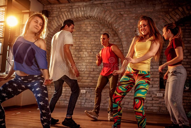 Grupo de dançarinos modernos que dançam no estúdio Esporte, dança fotos de stock