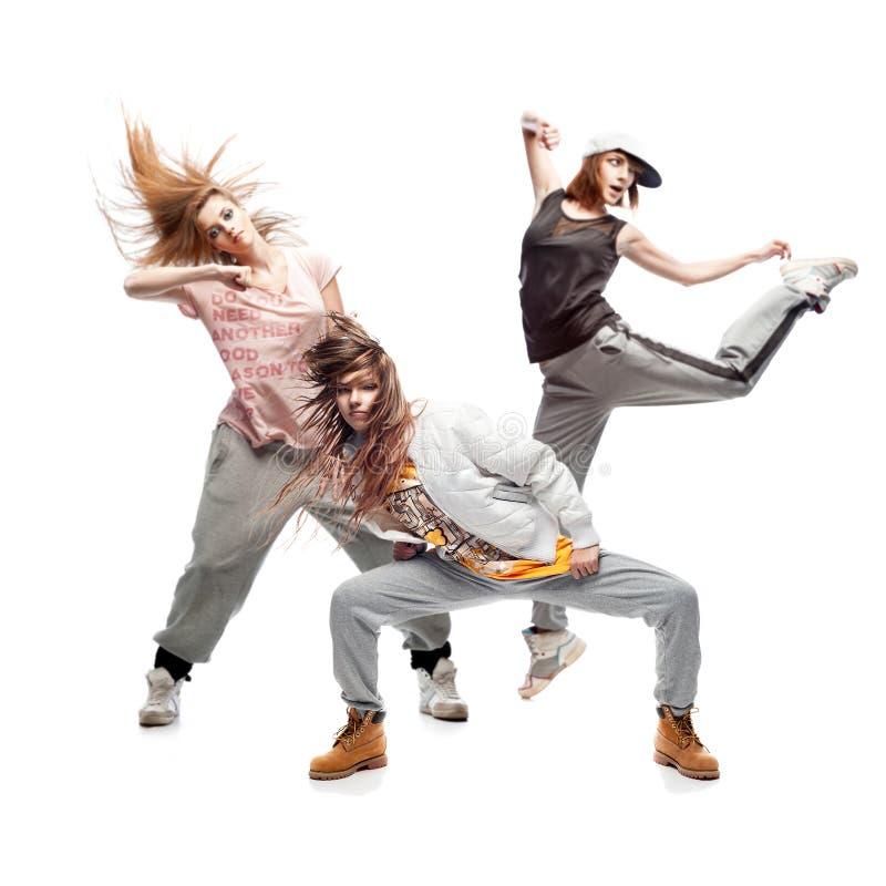 Grupo de dançarinos novos do hip-hop do femanle no fundo branco imagem de stock