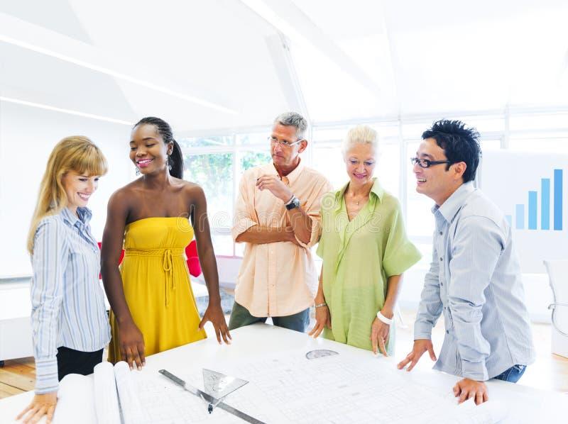 Grupo de desenhistas multi-étnicos que têm uma reunião fotografia de stock royalty free