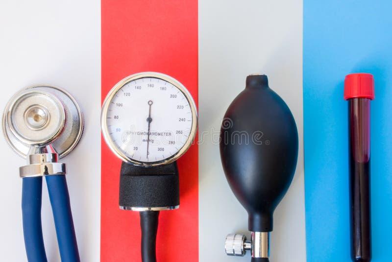 Grupo de dispositivos diagnósticos, de ferramentas médicas do doutor ou de especialista dos cuidados médicos para diagnosticar vá fotografia de stock royalty free