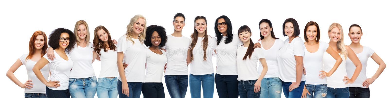 Grupo de diversas mujeres felices en las camisetas blancas fotos de archivo libres de regalías