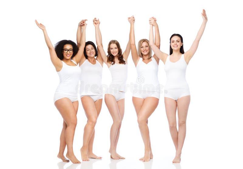 Grupo de diversas mujeres felices que celebran la victoria imagenes de archivo