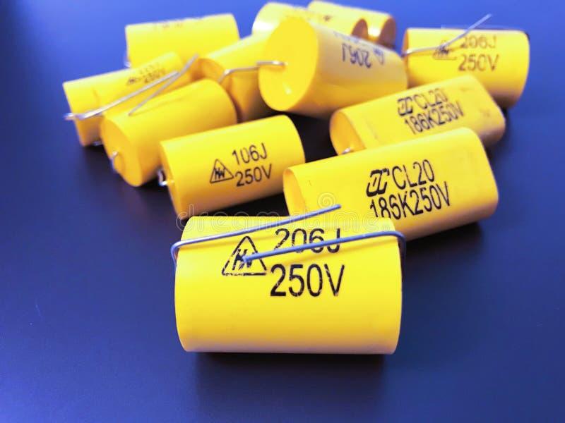 Grupo de diversos tamaños de los condensadores axiales de película metálica audiófilos fotografía de archivo