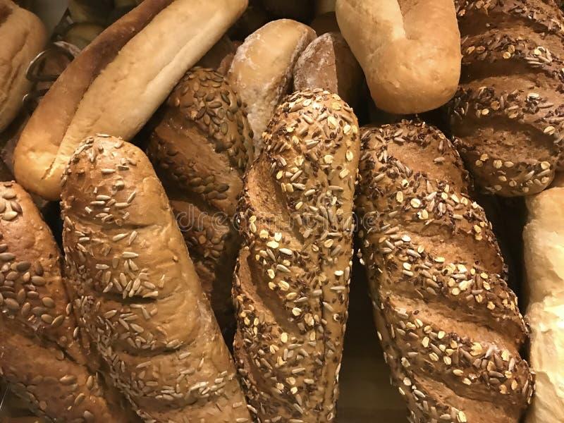 Grupo de diversos tipos de pan con las semillas de sésamo fotografía de archivo