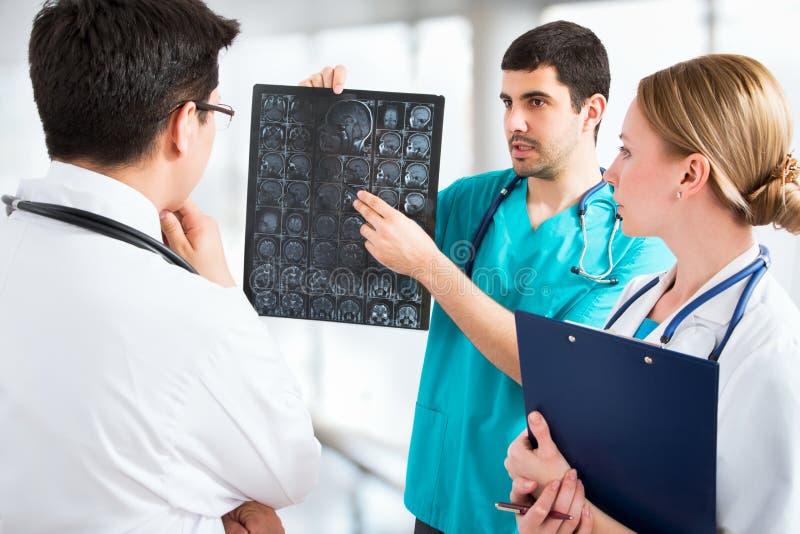 Download Grupo de doctores foto de archivo. Imagen de confidente - 42431278