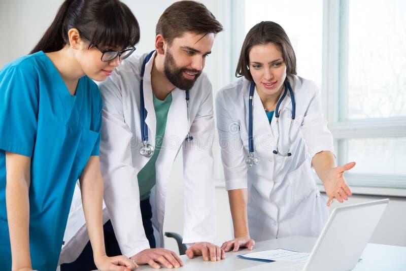 Grupo de doctores en el hospital imagen de archivo