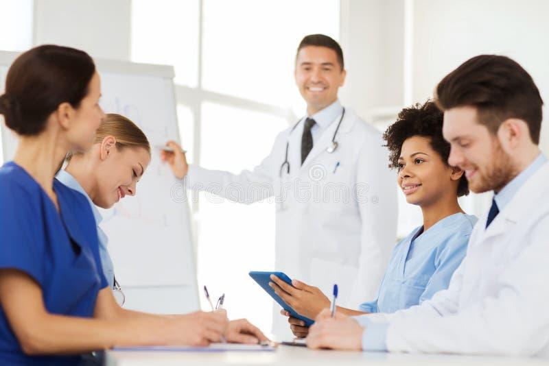 Grupo de doctores en la presentación en el hospital imagen de archivo libre de regalías