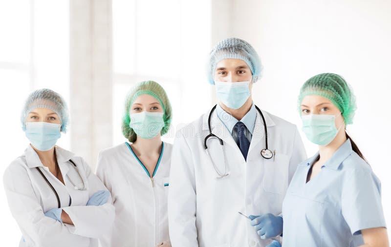 Grupo de doctores en sala de operaciones fotos de archivo