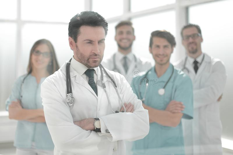 Grupo de doctores que miran la pantalla en la sala de reunión fotografía de archivo
