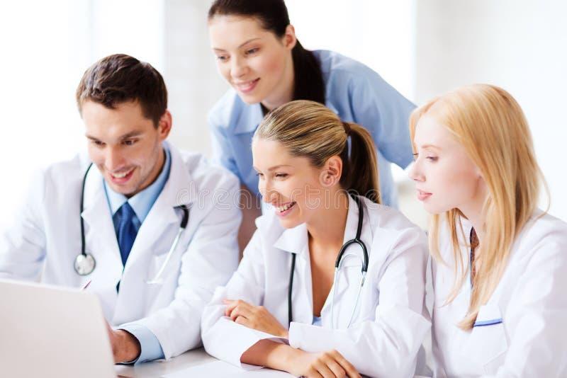 Grupo de doctores que miran la PC de la tableta imagen de archivo libre de regalías