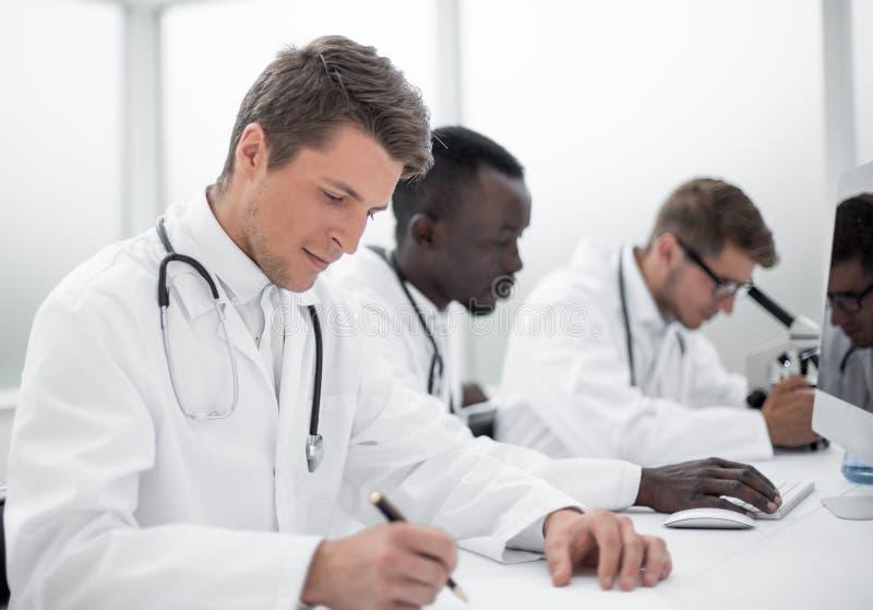 Grupo de doctores que trabajan en el laboratorio del hospital fotografía de archivo