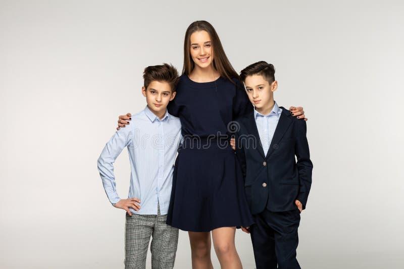 Grupo de dois irmãos bonitos e de irmã bonita foto de stock