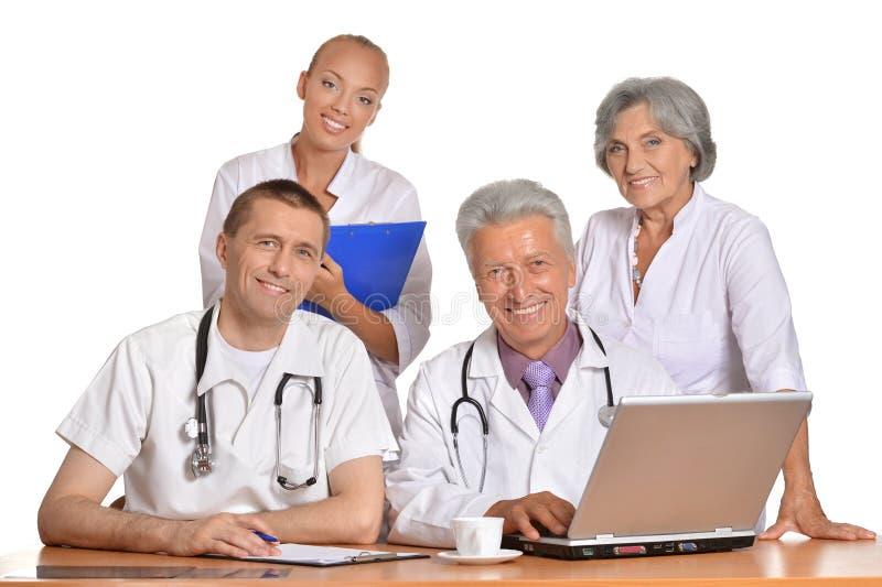 Grupo de doutores com portátil fotografia de stock royalty free