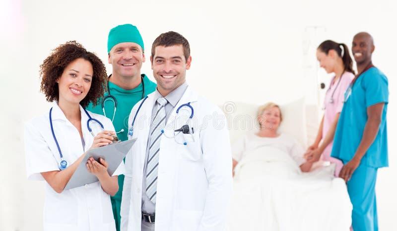 Grupo de doutores com um paciente imagem de stock
