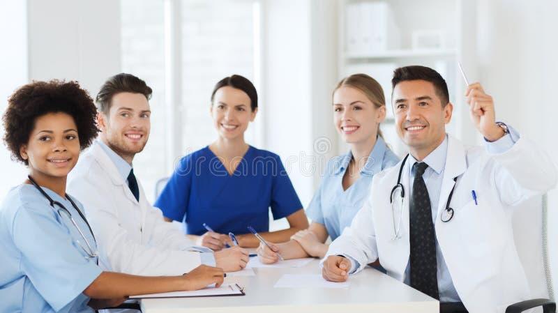 Grupo de doutores felizes na conferência no hospital foto de stock royalty free