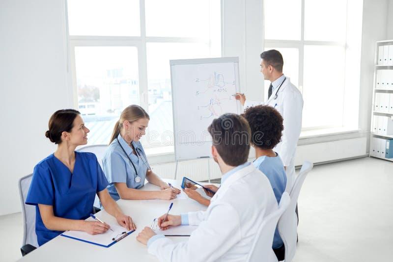 Grupo de doutores na apresentação no hospital imagens de stock royalty free