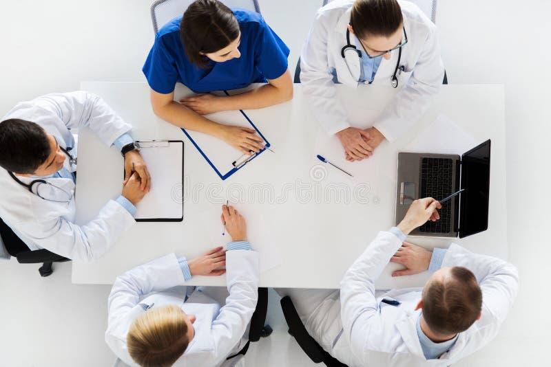 Grupo de doutores na conferência no hospital foto de stock