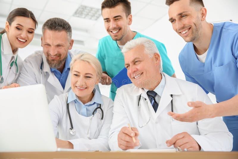 Grupo de doutores que assistem à reunião na clínica imagem de stock