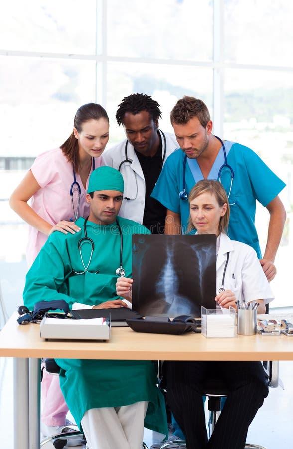 Download Grupo De Doutores Que Examinam Um Raio X Foto de Stock - Imagem de retrato, pediatrician: 10067194