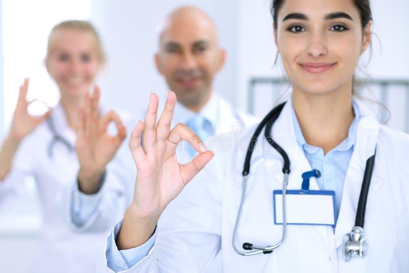 Grupo de doutores que mostram ESTÁ BEM ou de sinal da aprovação com polegar acima Nível elevado e serviço médico da qualidade, o  fotos de stock royalty free
