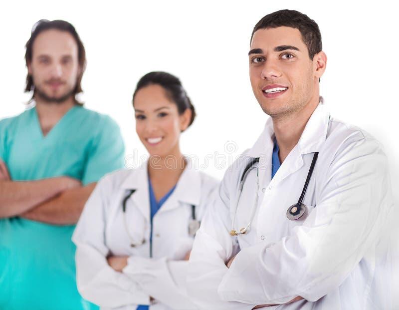 Grupo de doutores que sorriem na câmera imagens de stock royalty free