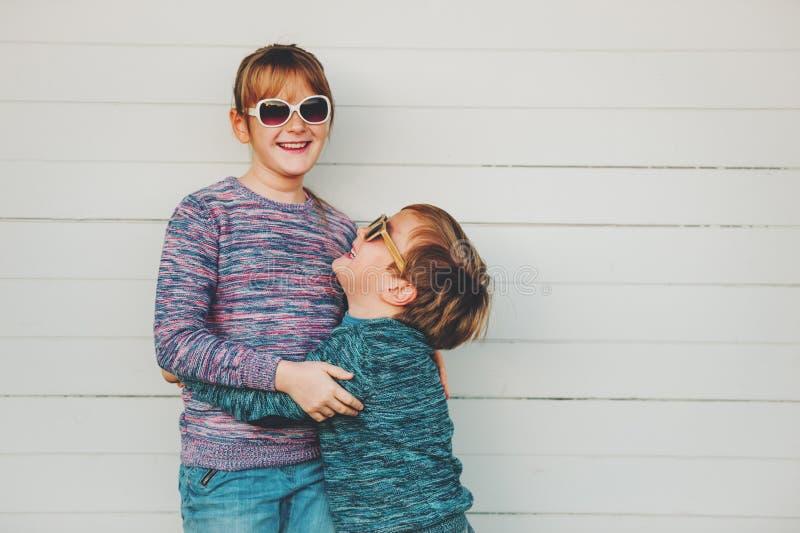 Grupo de duas crianças engraçadas que jogam junto fora imagens de stock