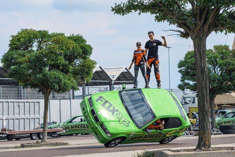 Grupo de dublês no telhado de um carro em uma feira automóvel em Halle Saale, Alemanha, 04 082019 imagem de stock royalty free