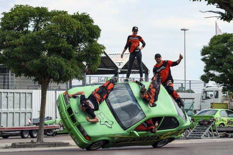 Grupo de dublês no telhado de um carro em uma feira automóvel em Halle Saale, Alemanha, 04 082019 fotos de stock royalty free