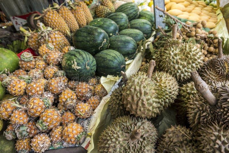 Grupo de durian, de piñas y de sandías en la mercado de la fruta imagen de archivo libre de regalías