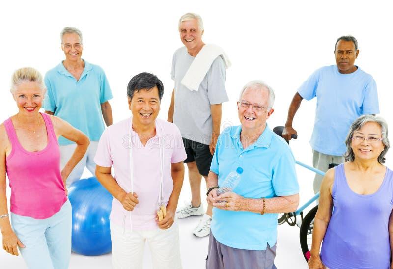 Grupo de ejercicio mayor de los adultos fotografía de archivo libre de regalías